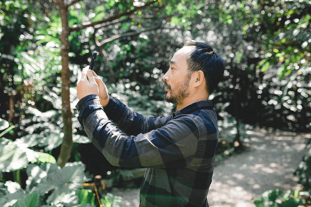 看見不熟悉的植物花草,凌宗湧立刻拿起手機紀錄拍照