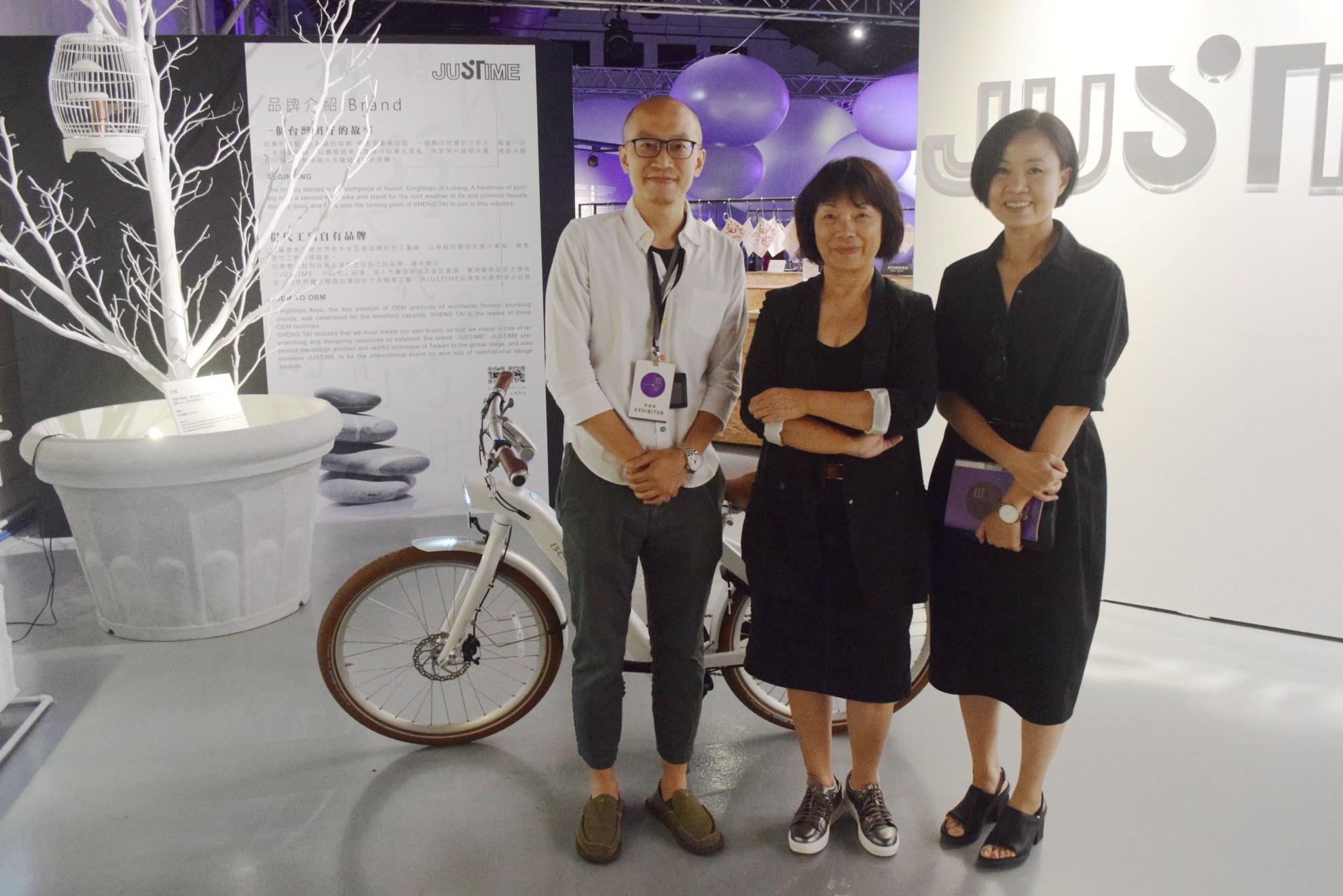 前文化部長龍應台(中)參觀設計之都「國際設計大展」,用行動力挺設計。