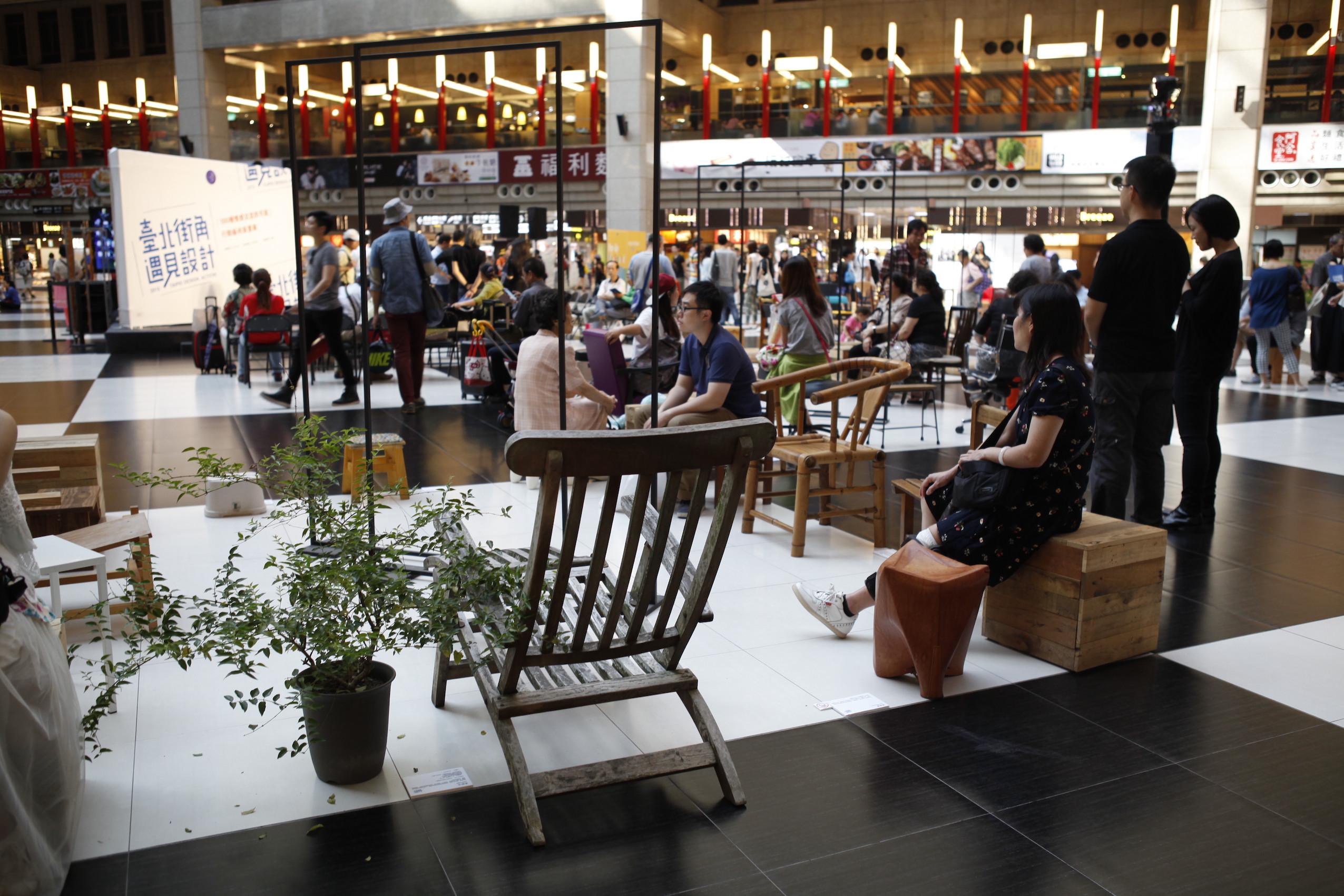 台北車站大廳展出100種坐具