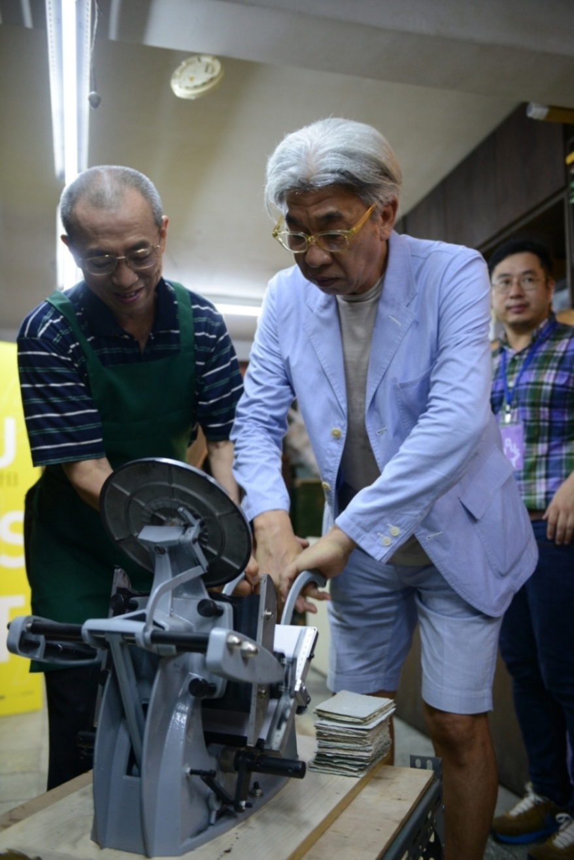 文化局長倪重華(右)在日星鑄字行老闆的指導下,體驗活版印刷