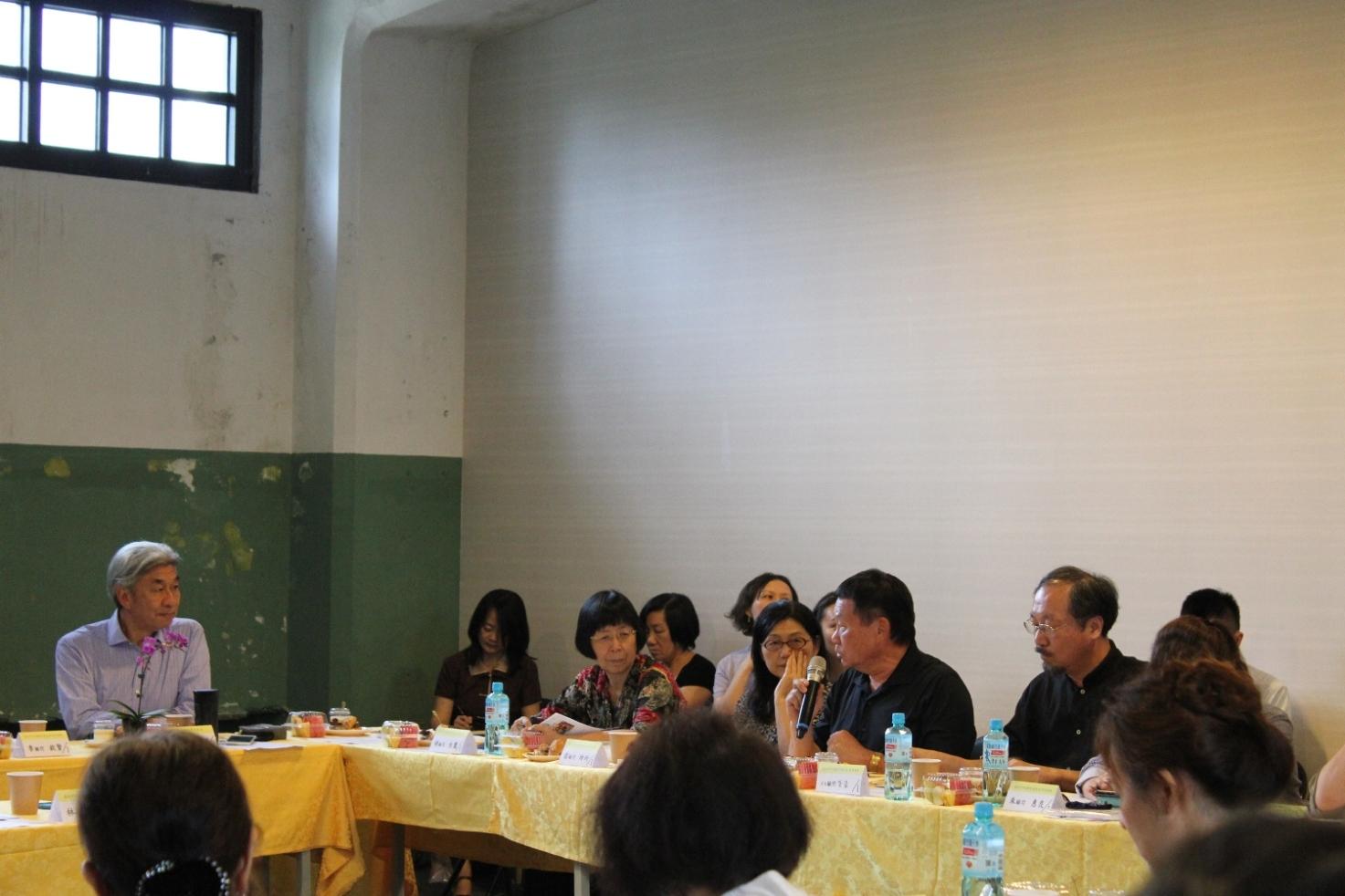 臺北市文化局局長倪重華(左)聆聽市政顧問的建議