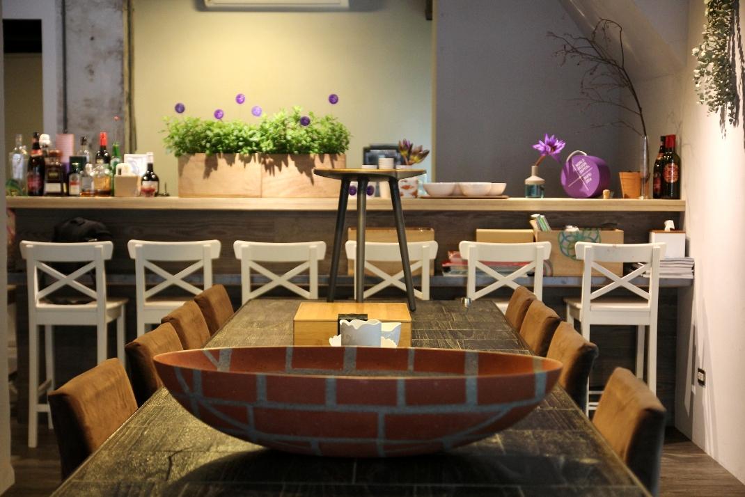 行前記者會現場展示設計師作品,圖為設計師王俊隆作品砌磚計畫