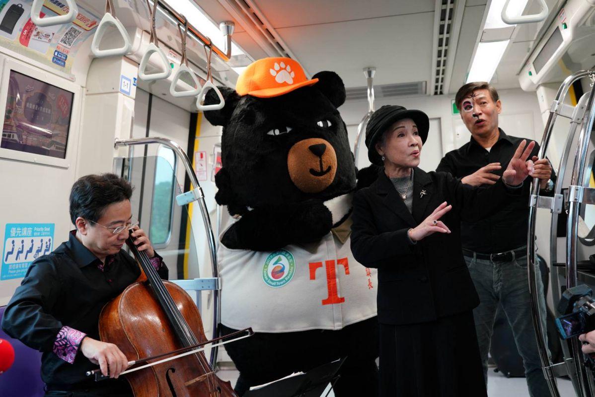 觀光局安排赴大阪演出《台灣人間國寶來日一聲東擊西》,張正傑(左起)建議同行的廖瓊枝、朱陸豪在桃捷運上快閃演出。圖/張正傑提供