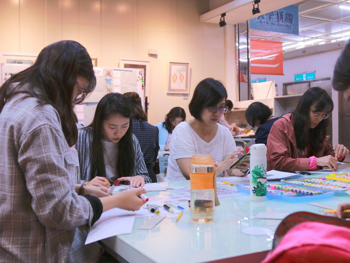 圖說/學員繪製台灣花磚圖案