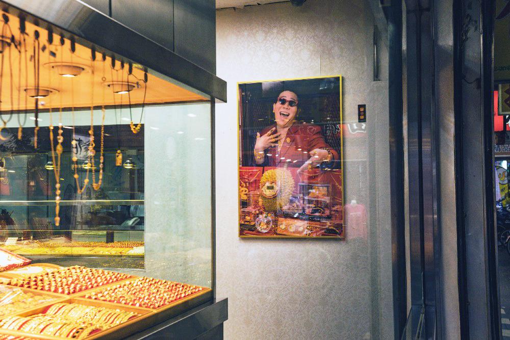 穿戴滿身黃金的法咪咪,化身為最chill的金飾代言人,店內還有隱藏版海報等你發掘!圖/臺北笑一下
